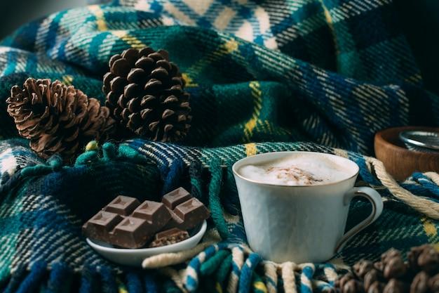 Xícara de café close-up com um cobertor