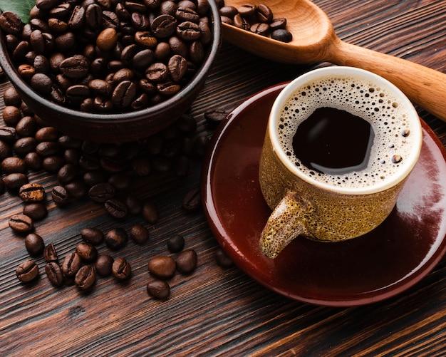 Xícara de café close-up em cima da mesa