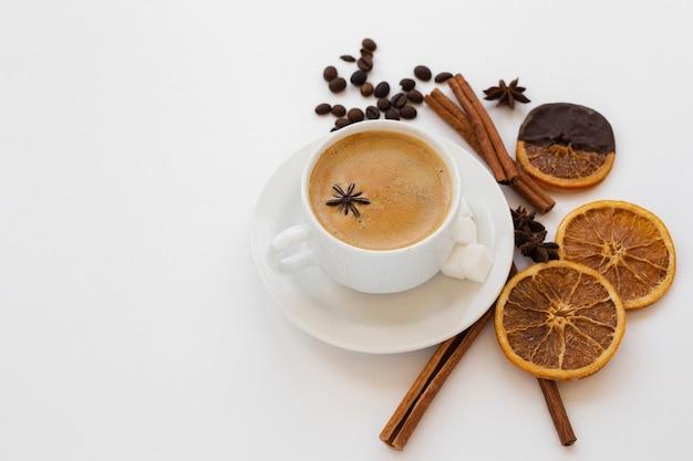 Xícara de café close-up em uma bandeja com anis
