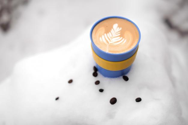 Xícara de café colorida com bela arte de café com leite