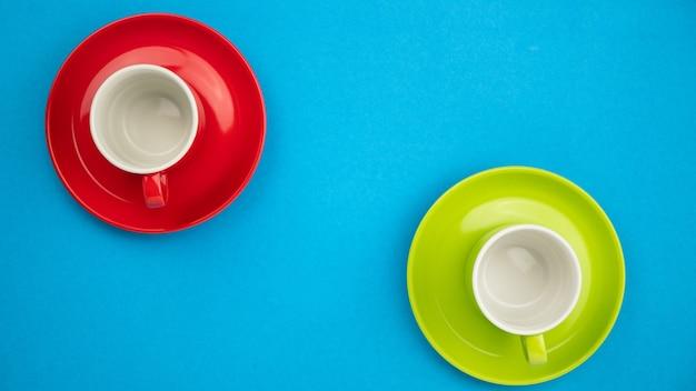 Xícara de café colorida de vista superior sobre fundo de papel azul.
