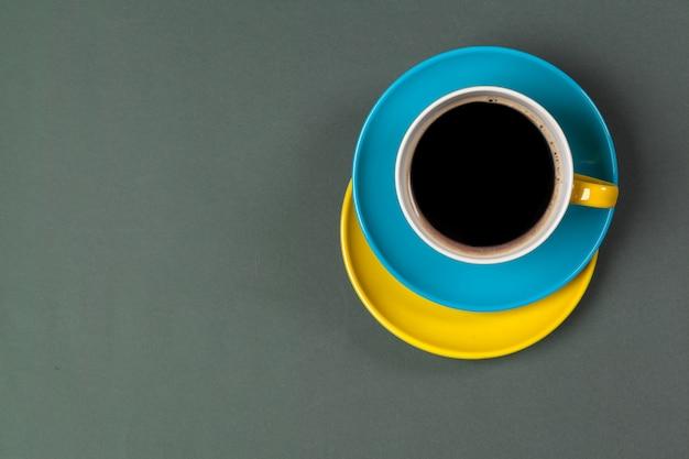 Xícara de café colorido brilhante em uma vista de topo de mesa