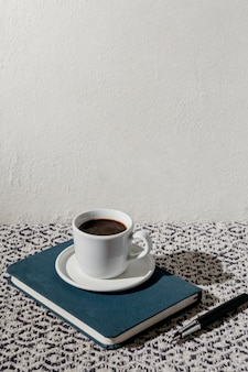 Xícara de café com agenda