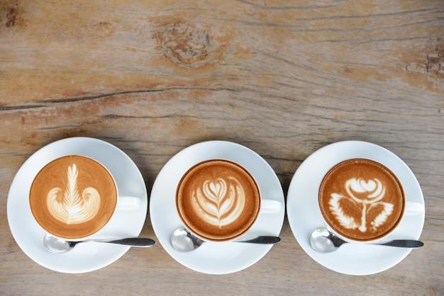 Xícara de café com arte de café com leite no menu da mesa de madeira em tempo de pausa para o café.