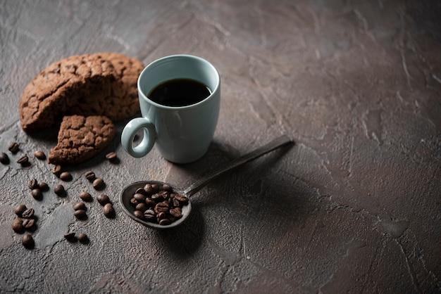 Xícara de café com biscoitos de alto ângulo