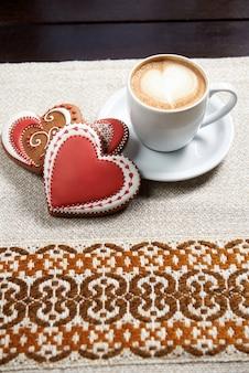 Xícara de café com biscoitos