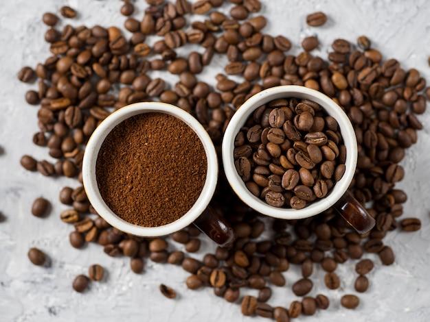 Xícara de café com café moído na hora e grãos de café naturais