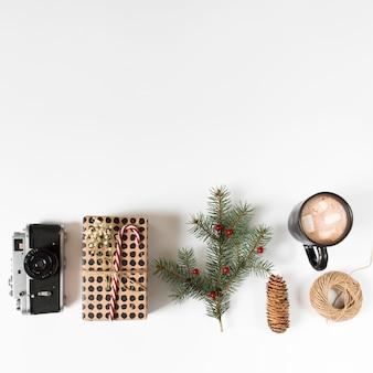 Xícara de café com caixa de presente e galho de árvore do abeto
