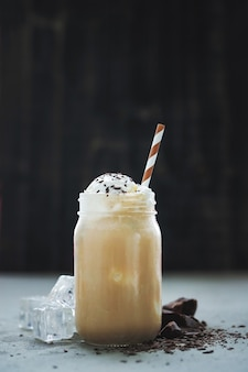 Xícara de café com caramelo e chantilly