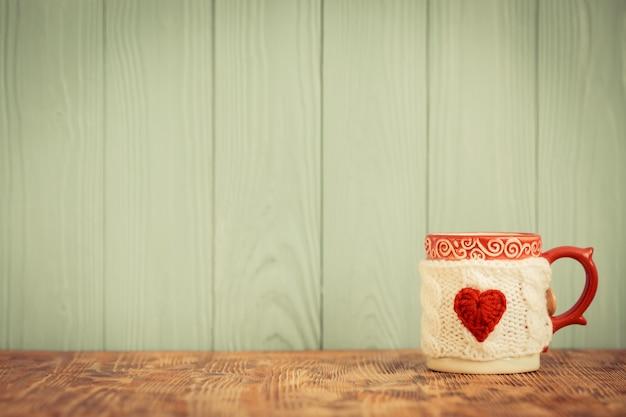 Xícara de café com coração vermelho na capa. ornamento do dia dos namorados. cartão de felicitações