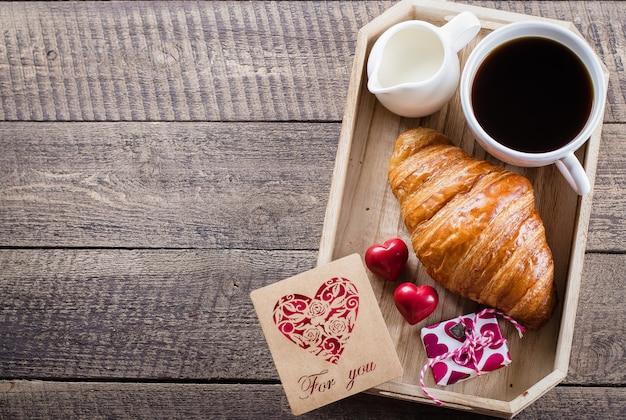 Xícara de café com croissant