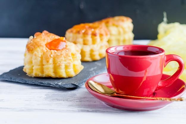 Xícara de café com deserto de pastelaria escamosa