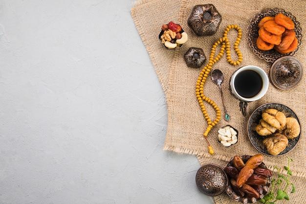 Xícara de café com diferentes frutas secas e nozes