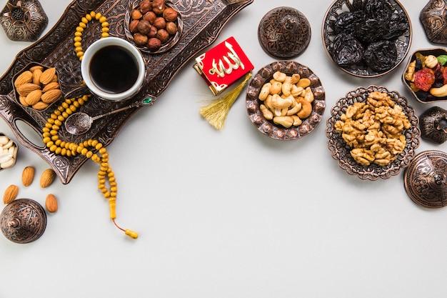 Xícara de café com diferentes nozes e miçangas