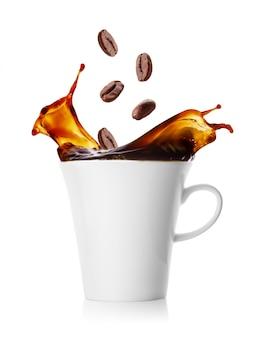 Xícara de café com esguicho de feijão caindo