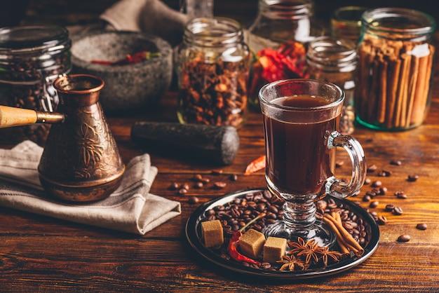 Xícara de café com especiarias