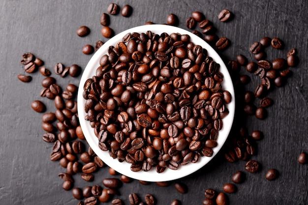 Xícara de café com feijão na mesa, vista de cima