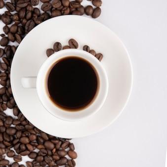 Xícara de café com feijão torrado