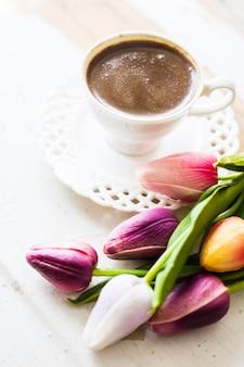Xícara de café com flor tulipa