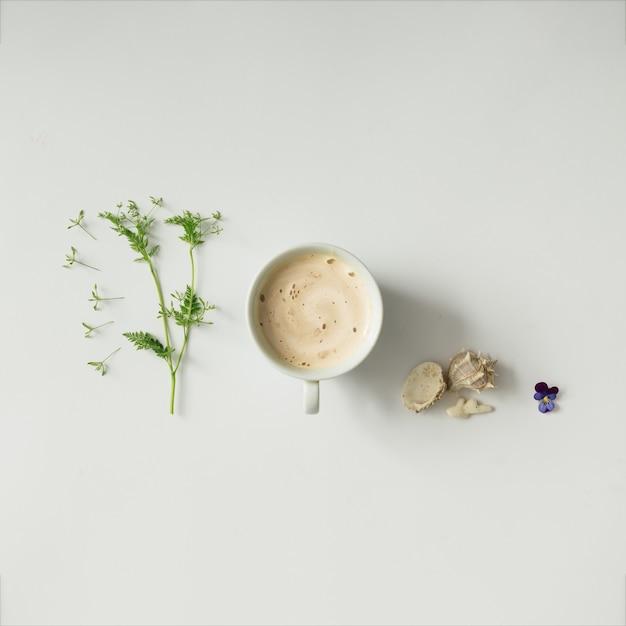Xícara de café com flores e conchas do mar. postura plana.