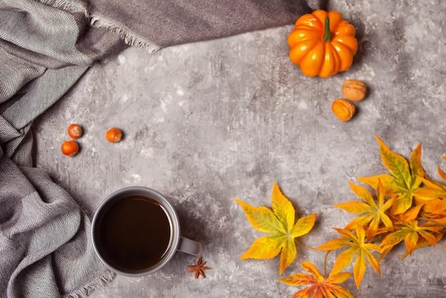 Xícara de café com folhas de outono