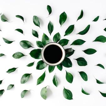 Xícara de café com folhas