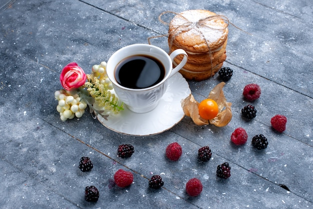 Xícara de café com frutas diferentes e biscoitos de sanduíche cremosos em bebida de café de frutas silvestres