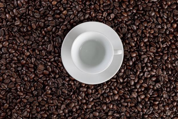 Xícara de café com fundo de grãos de café
