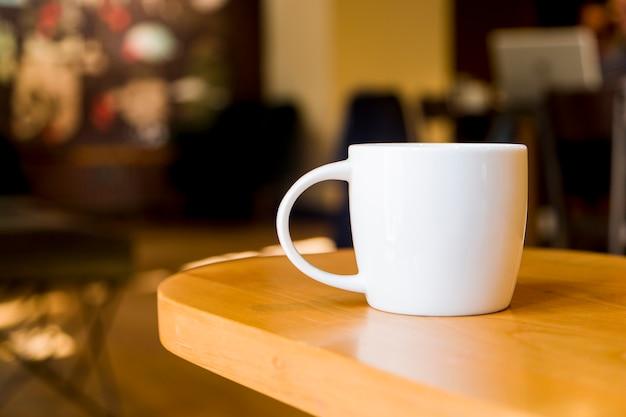 Xícara de café com fundo desfocado