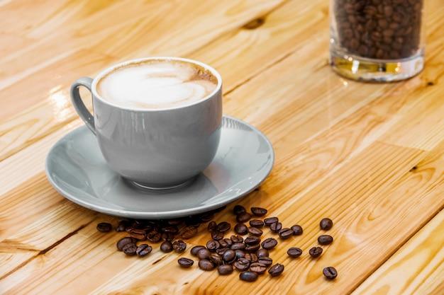 Xícara de café com grãos