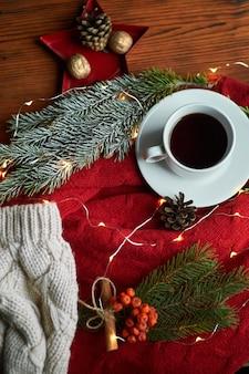 Xícara de café com guirlandas de cones e ramos de abeto, uma bela natureza morta