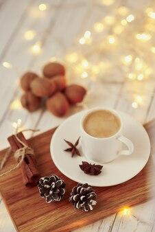 Xícara de café com guirlandas e decoração