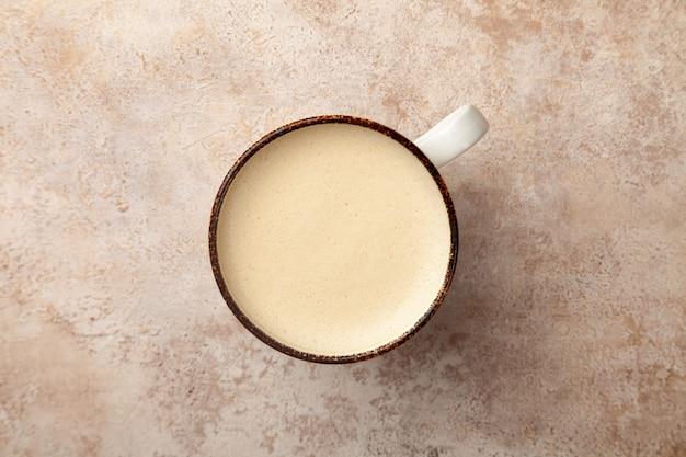 Xícara de café com leite com espuma de leite vintage