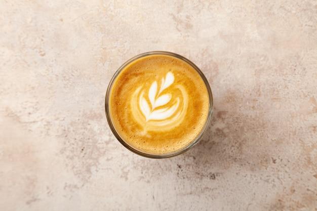 Xícara de café com leite com leite em fundo bege vintage pastel