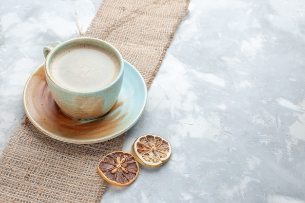 Xícara de café com leite dentro da xícara na mesa leve bebida café leite mesa expresso americano