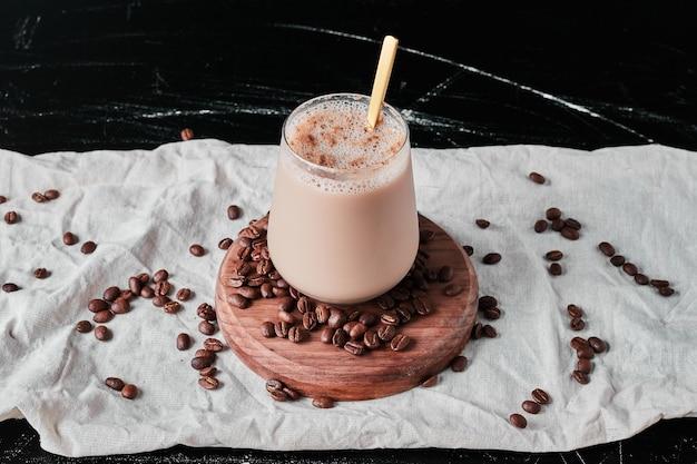 Xícara de café com leite e feijão.
