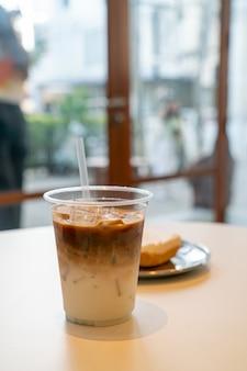Xícara de café com leite gelado em café restaurante
