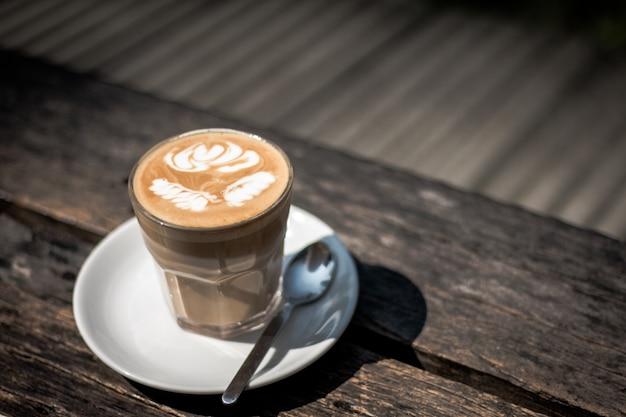 Xícara de café com leite na barra de madeira no café