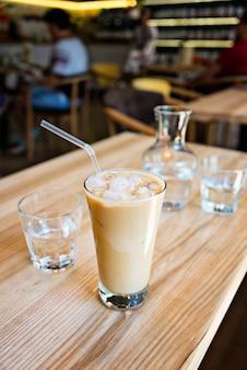Xícara de café com leite no fundo de madeira