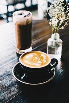 Xícara de café com leite quente no café restaurante
