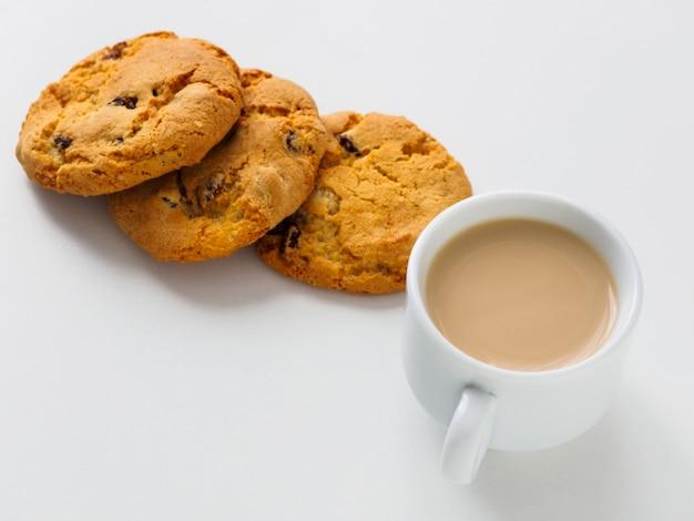 Xícara de café com leite. raisin cookies.
