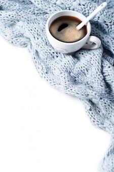 Xícara de café com lenço close-up