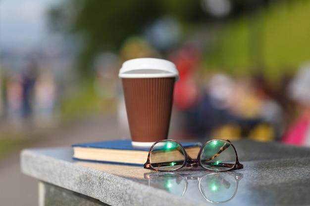 Xícara de café com livro