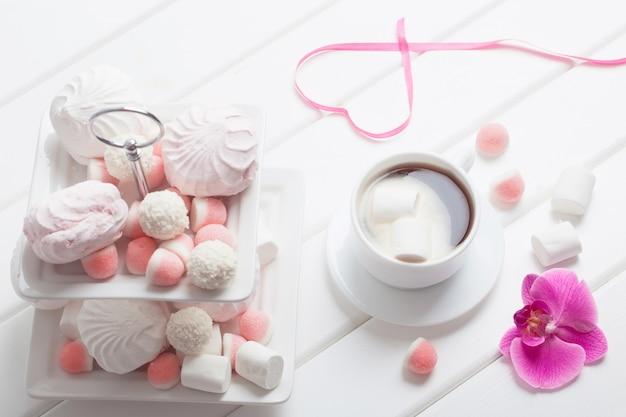 Xícara de café com marshmallow no dia dos namorados