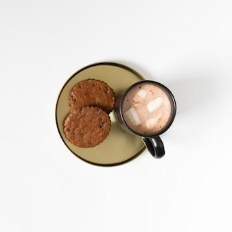 Xícara de café com marshmallows e biscoitos
