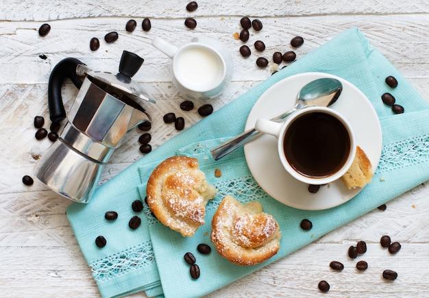 Xícara de café com massa pasticciotto em uma vista superior de fundo rústico