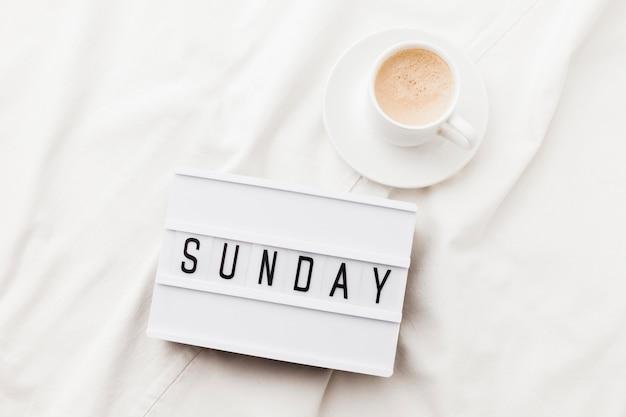 Xícara de café com mensagem de domingo