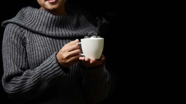 Xícara de café com mulher