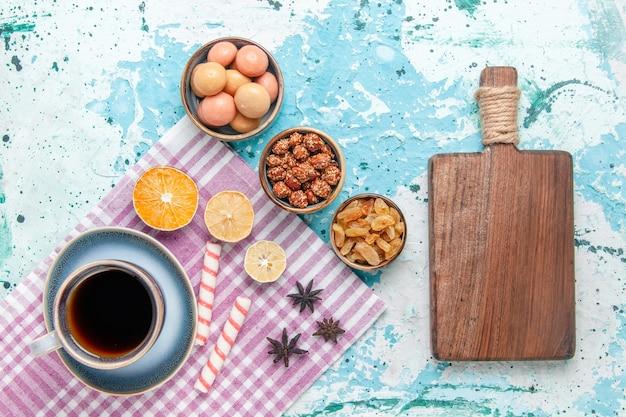 Xícara de café com passas e confitures em bolo de fundo azul claro