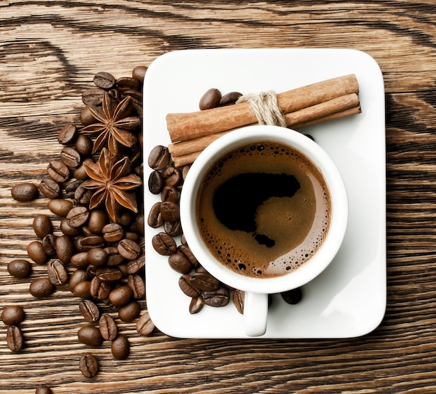 Xícara de café com paus de canela e anis estrelado
